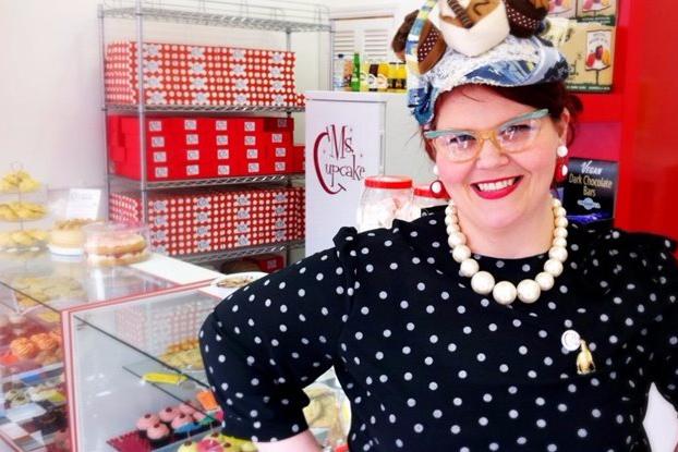 Ms Cupcake nella sua pasticceria vegana