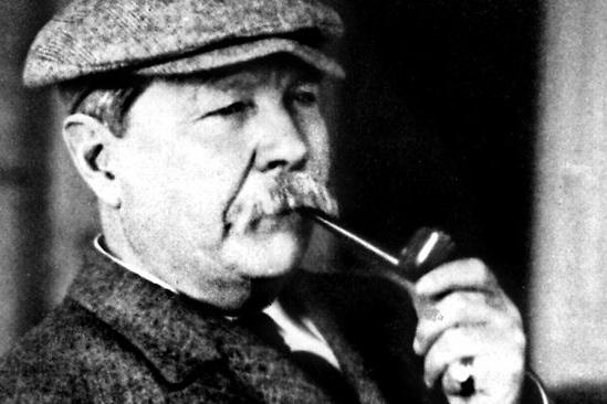 Sir Arthur Conan Doyle che fuma la pipa