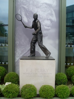Fred_Perry_statue_at_Wimbledon_by_David_Hillas.jpg