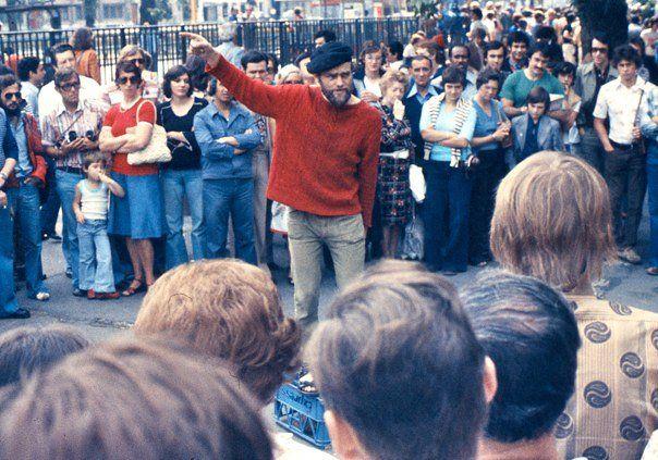 Orator_at_Speakers_Corner,_London,_with_crowd,_1974